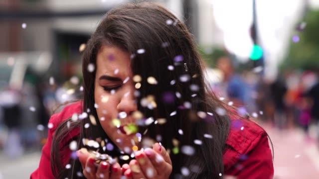 porträt von netten frau bläst konfetti - übergrößen model stock-videos und b-roll-filmmaterial