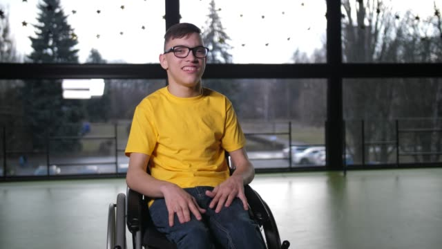 vídeos de stock e filmes b-roll de portrait of disabled teen boy in wheelchair indoor - pessoas com deficiência