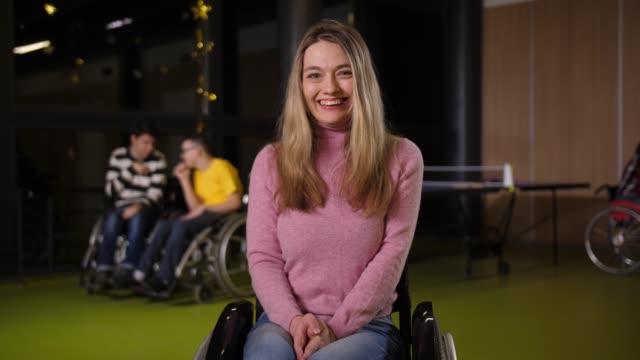 車椅子の障害のある若い女性の肖像 - disabilitycollection点の映像素材/bロール