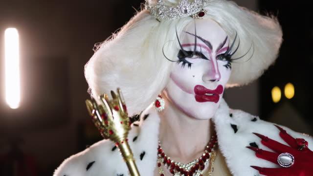 stockvideo's en b-roll-footage met portret van drag queen in rode jurk - drag queen