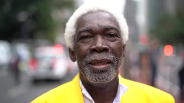 vídeos de stock e filmes b-roll de portrait of dreamer senior man at city - afro americano