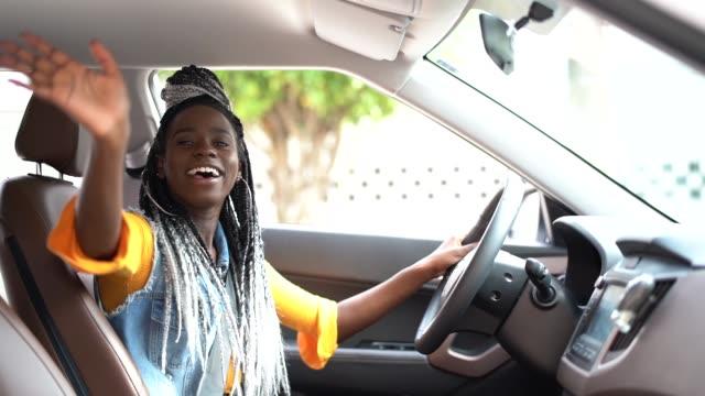 portret kierowcy żegnając / cześć do swojego pasażera - machać filmów i materiałów b-roll