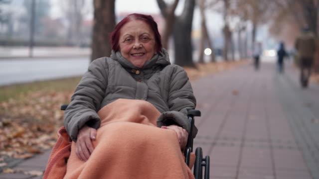 ritratto di anziana su sedia a rotelle - fragilità video stock e b–roll