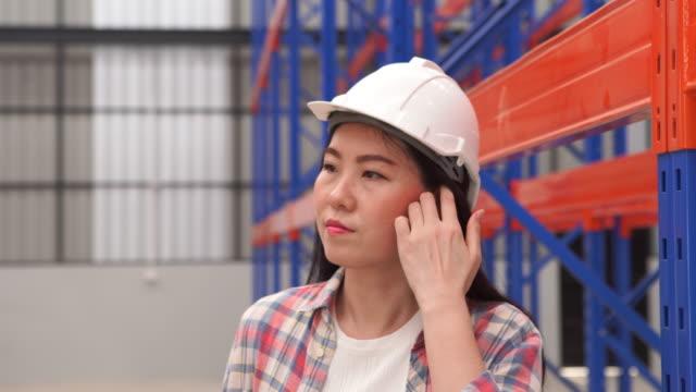 Retrato de funcionária de chapéu duro trabalhando em funcionário do armazém - vídeo