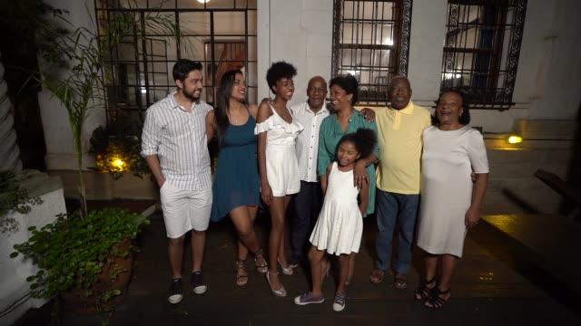 家で新年を祝う家族の肖像 - 親族会点の映像素材/bロール