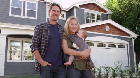 stockvideo's en b-roll-footage met portret van de familie permanent buiten huis geschoten op r3d - buitenopname