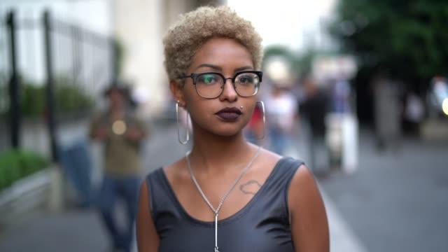 市内でファッショナブルな女性の肖像画 - ガールパワー点の映像素材/bロール