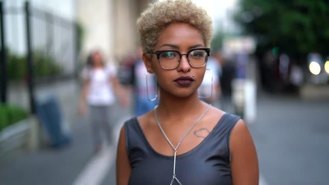 stockvideo's en b-roll-footage met portret van modieuze vrouw bij city - blond curly hair