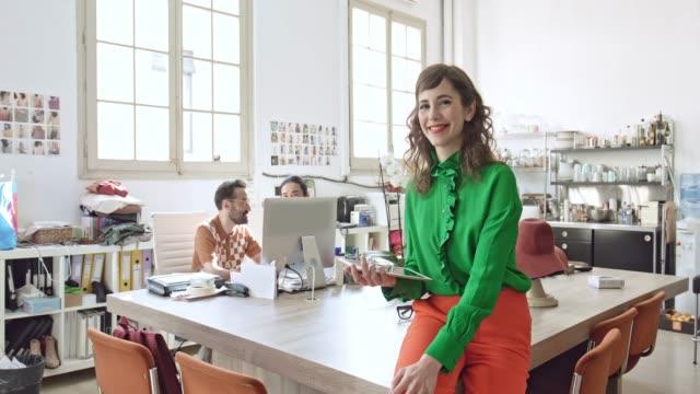 vídeos y material grabado en eventos de stock de retrato del diseñador femenino usando la tableta digital en la oficina - moda preppy