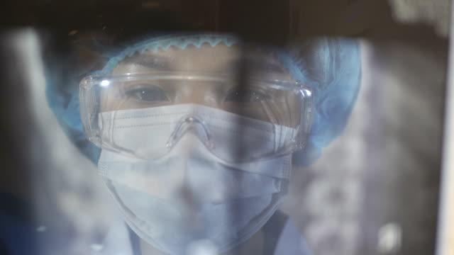 vídeos y material grabado en eventos de stock de retrato de la doctora con máscara y gafas buscando imagen de rayos x, china. - wuhan