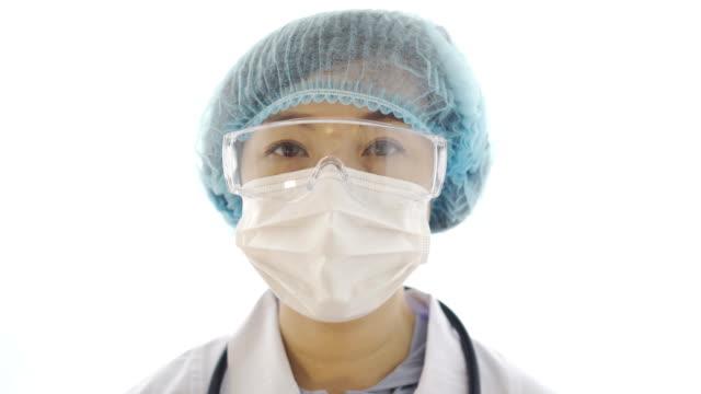 cu porträtt av kvinnlig läkare med mask och skyddsglasögon - face mask bildbanksvideor och videomaterial från bakom kulisserna