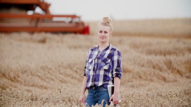 vídeos de stock e filmes b-roll de portrait of female farmer with digital tablet at farm - agricultora