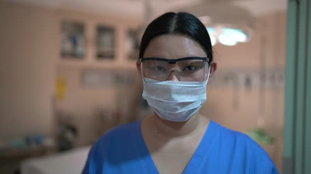 portrait of female healthcare worker on operating room at hospital - ассистент стоковые видео и кадры b-roll