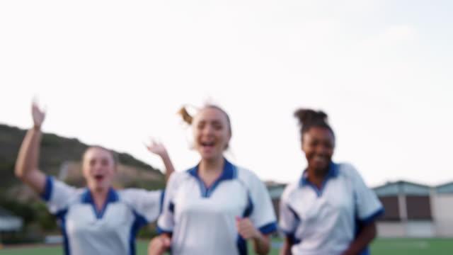vídeos y material grabado en eventos de stock de retrato de mujer alto escuela fútbol equipo corriendo hacia la cámara y celebrando - deportes de la escuela secundaria