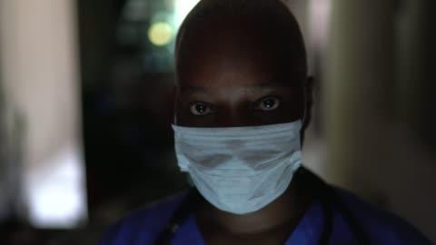 vidéos et rushes de verticale de l'infirmière femelle avec le masque de visage - courage