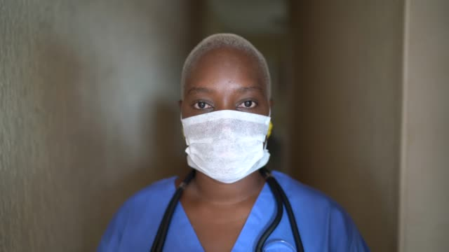 ritratto di infermiera donna con maschera facciale - potere femminile video stock e b–roll