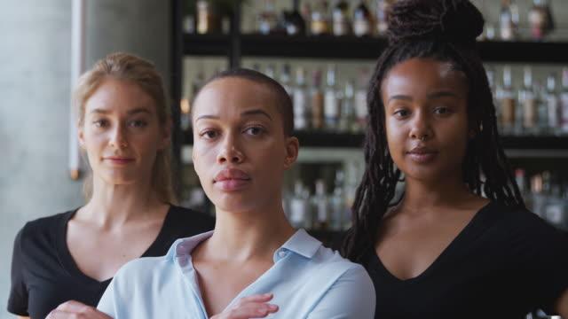 porträtt av kvinnlig ägare av restaurang bar med team av kvinnliga väntar personal stående av disk - endast kvinnor bildbanksvideor och videomaterial från bakom kulisserna