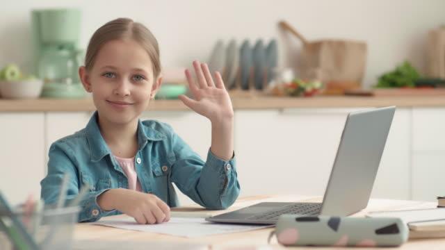 портрет ученицы, делая домашнее задание - covid testing стоковые видео и кадры b-roll