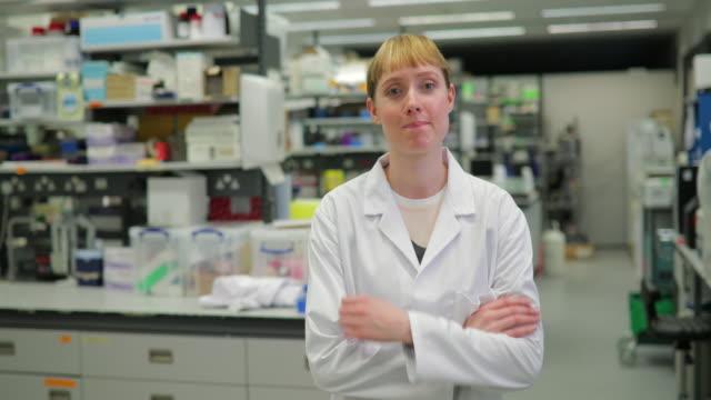 研究室で女性科学者の肖像 ビデオ