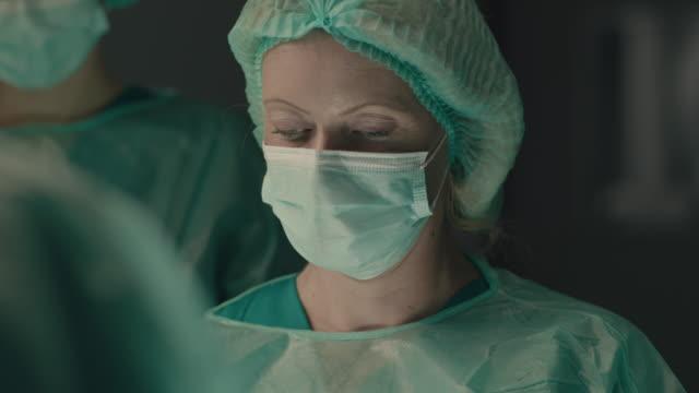 cerrahi operasyon yapan kadın cerrahın portresi - cerrahi ekipman stok videoları ve detay görüntü çekimi