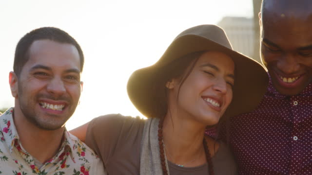vídeos de stock e filmes b-roll de portrait of friends in front of manhattan skyline at sunset - stabilized shot