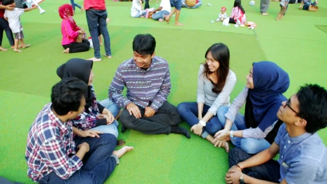 友人会議と 2 種類のトーンの公園で議論の肖像画 - インドネシア点の映像素材/bロール