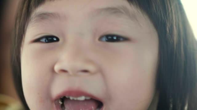 変な顔の肖像画 ビデオ