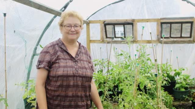 vídeos y material grabado en eventos de stock de retrato de jardinero - huerto