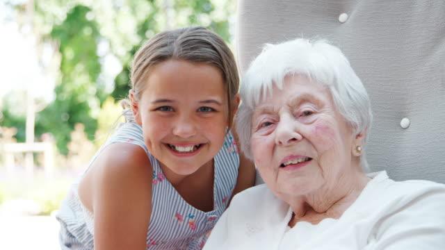 退職後の家で祖母を訪問の孫娘の肖像画 ビデオ
