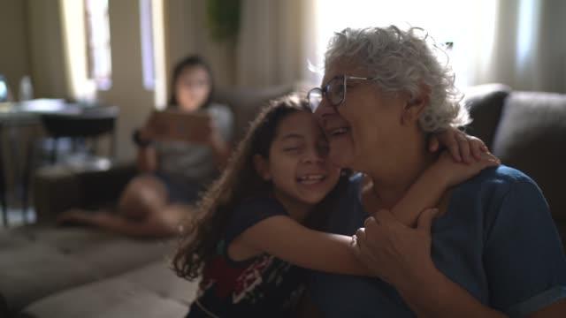 ritratto di nonna e nipote a casa - nipote femmina video stock e b–roll