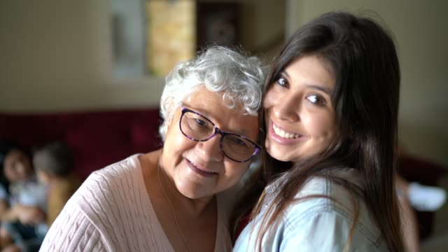 ritratto di nonna e nipote a casa - nonna video stock e b–roll