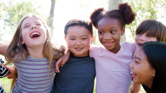 vidéos et rushes de portrait de groupe d'enfants avec des amis dans le parc a tourné au ralenti - d'ascendance européenne