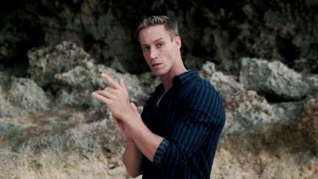 카메라, 슬로우 모션을 보고 어두운 셔츠에 잘 생긴 금발 남자의 초상화 - 잘생김 스톡 비디오 및 b-롤 화면