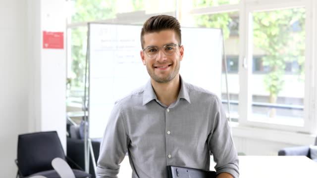porträtt av stilig affärsman leende på kontor - europeiskt ursprung bildbanksvideor och videomaterial från bakom kulisserna