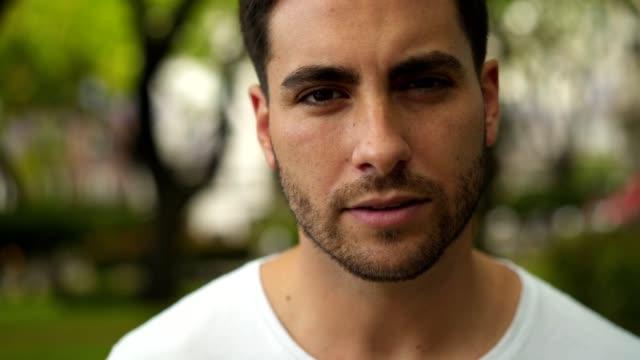vídeos y material grabado en eventos de stock de retrato del hombre latino guapo - toma mediana