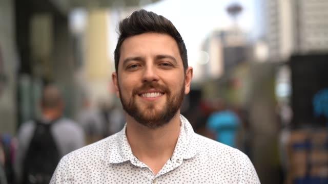 stockvideo's en b-roll-footage met portret van knappe man staande in de straat - portrait man