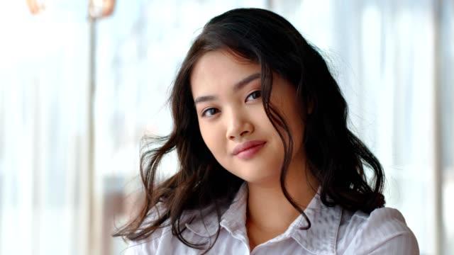 Retrato de feliz hermosa asiática mujer oficinista o empresaria o estudiante - vídeo