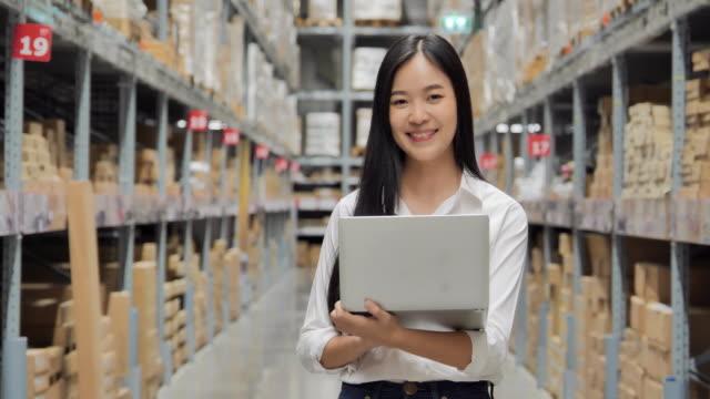 vídeos y material grabado en eventos de stock de retrato de felices negocios mujeres asiáticas manos sosteniendo computadora y lista de verificación en el almacén, sonriendo a la cámara. retrato, negocios, finanzas, gente, éxito, tecnología, liderazgo, mujeres en stem, transporte, concepto de innov - suministros escolares