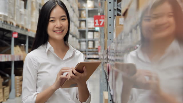 vídeos y material grabado en eventos de stock de retrato de felices negocios mujeres asiáticas manos sosteniendo tableta computadora y lista de verificación en el almacén, sonriendo a la cámara. retrato, negocios, finanzas, gente, éxito, tecnología, liderazgo, mujeres en stem, transporte, concepto  - suministros escolares