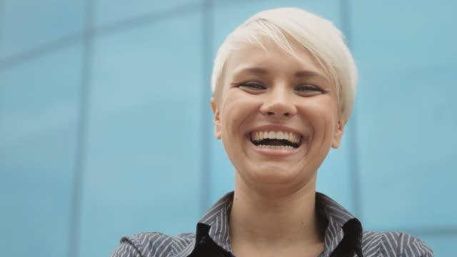 portret szczęśliwy biznes kobieta uśmiecha się do kamery - krótkie włosy filmów i materiałów b-roll