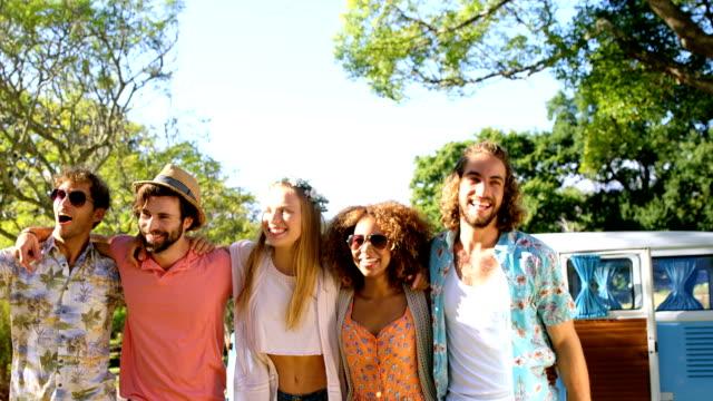 vídeos de stock e filmes b-roll de portrait of happy hipster friends standing with arm around - 20 24 anos