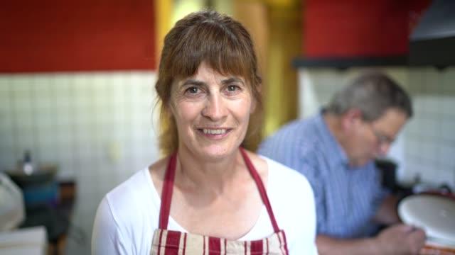 vidéos et rushes de verticale des femmes mûres heureuses sur la cuisine - argentine