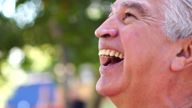 vídeos de stock, filmes e b-roll de retrato de homem feliz sênior - sul europeu