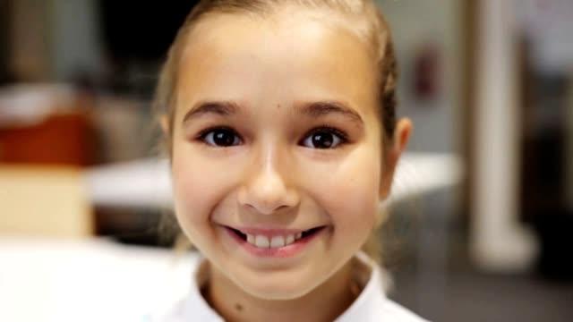 vidéos et rushes de portrait de joyeux sourire belle fille préados à la salle de classe - école primaire