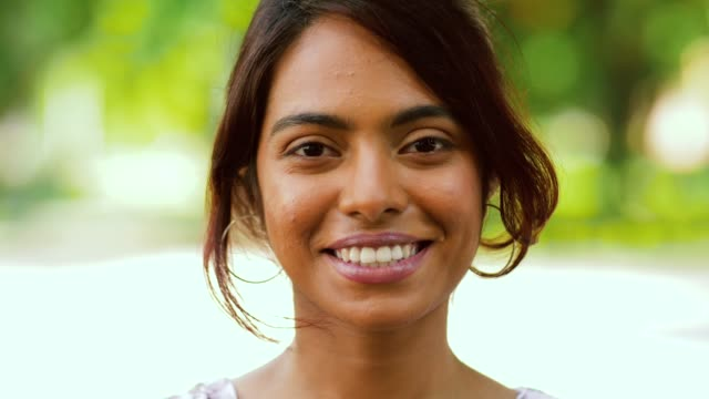 Portret van gelukkig lachend Indiase vrouw buitenshuis video