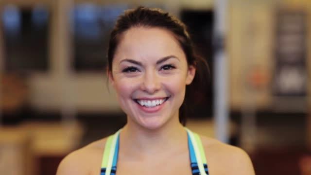 porträtt av glada leende ung kvinna på gym - gym skratt bildbanksvideor och videomaterial från bakom kulisserna
