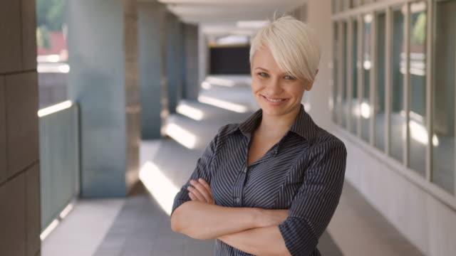 Ritratto di felice e di successo donna d'affari sorridente, fiducioso alla telecamera - video