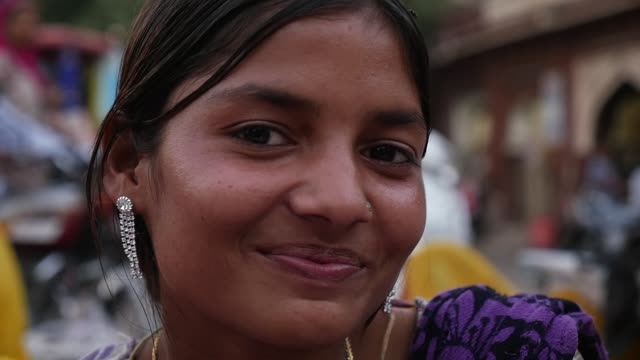 vídeos de stock e filmes b-roll de portrait of happy young girl in jodhpur, india - slow motion - hinduísmo