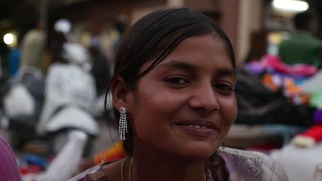 portrait of happy young girl in jodhpur, india - slow motion - hindus filmów i materiałów b-roll