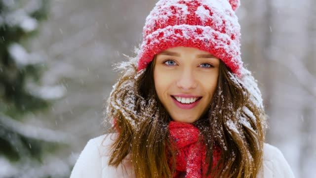 vídeos de stock, filmes e b-roll de retrato da mulher nova feliz na floresta do inverno - moda de inverno